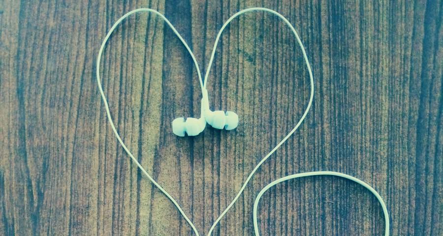 Kopfhörer die ein Herz bilden